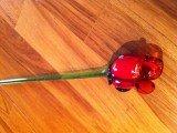 Красная роза из стекла