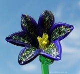 Синий цветок из стекла